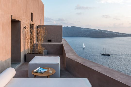 Small hotel in Oia by Kapsimalis architects